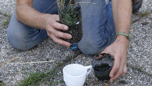 Wasserfilter aus PET-Flasche, Kies und Tampon (Bild: Zwefo)