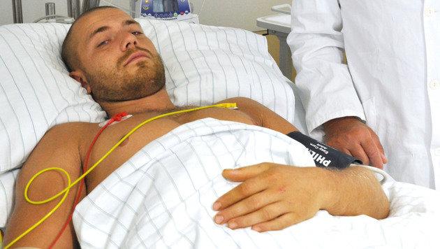 Der gerettete Höhlenforscher Marek Gizowsky im Spital: Erschöpft, aber in gutem Allgemeinzustand. (Bild: APA/SALK/WEINBERGER/SALK/WEINBERGER)