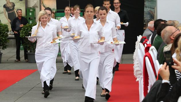 Die Kellner hatten beim Servieren alle Hände voll zu tun. (Bild: Jürgen Radspieler)
