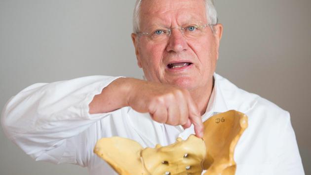 Primar Herbert Resch beschreibt die Beckenverletzungen anhand eines Modells. (Bild: APA/NEUMAYR/MMV)
