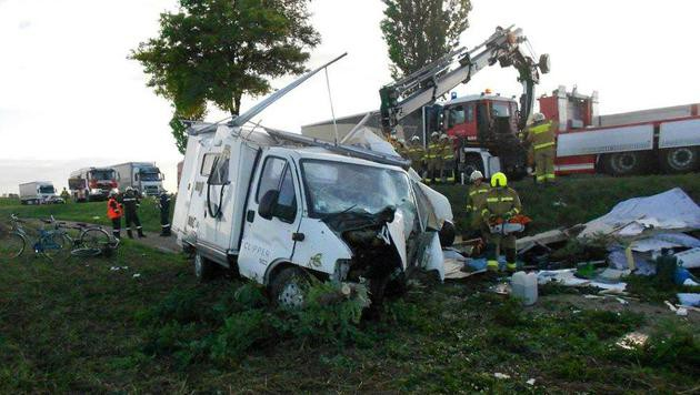 Das Wohnmobil landete in einem Acker neben der B7 und wurde völlig demoliert. (Bild: APA/FF MISTELBACH)