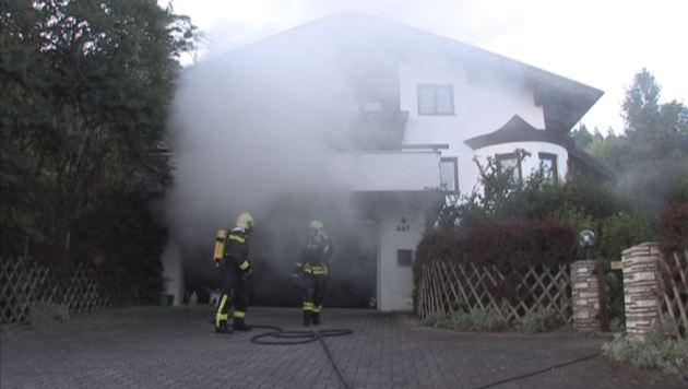 Dichte Rauchschwaden drangen aus der Garage. (Bild: BFV LIEZEN/Schlüßlmayr)