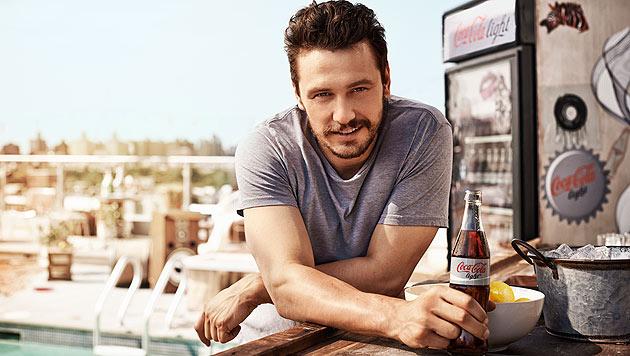 """Objekt der Begierde: James Franco ist der neue """"Cola-Light-Mann"""". (Bild: Coca-Cola Deutschland/David Fischer)"""