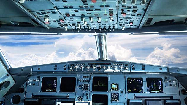 Sturzbetrunkener Pilot aus Cockpit abgeführt (Bild: thinkstockphotos.de)