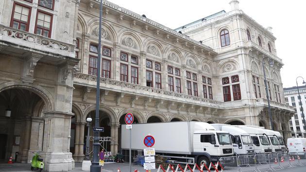 Weiße Trucks mit britischem Kennzeichen stehen vor der Oper, Absperrgitter sind aufgestellt worden. (Bild: zwefo)