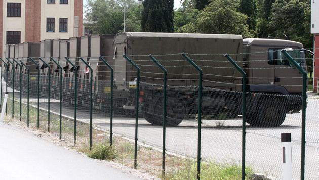 Ausrangierte Laster hinter Stacheldrahtzaun (Bild: ANDI SCHIEL)