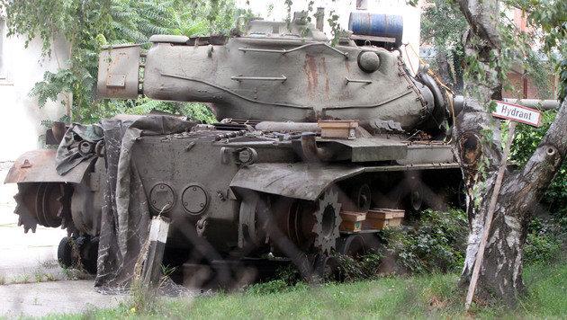 Auch teilweise demontierte Panzer wartern hier auf ihre Verschrottung. (Bild: ANDI SCHIEL)