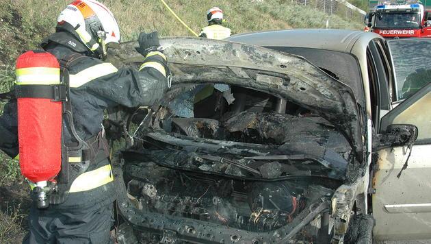 NÖ: Fahrzeug stand auf der Südautobahn in Flammen (Bild: FF Wiener Neudorf)