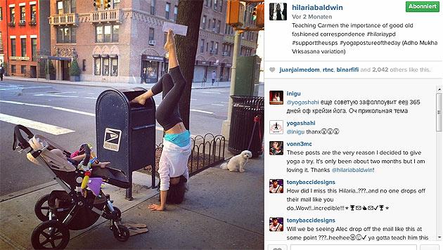 Hier zeigt Hilaria Töchterchen Carmen, wie man als Yogi Post aufgibt. (Bild: instagram.com/hilariabaldwin)