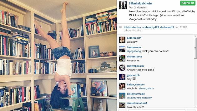 Kopfstand vorm Bücherregal. (Bild: instagram.com/hilariabaldwin)