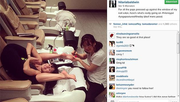Kein Zeitpunkt ist falsch: Hier verbindet Hilaria Yoga mit ihrer Pediküre. (Bild: instagram.com/hilariabaldwin)