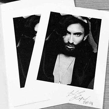 Einen ersten Bild-Abzug signierte Karl Lagerfeld Conchita Wurst sofort nach dem Shooting. (Bild: facebook.com/ConchitaWurst)