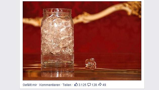 Fischer füllt Glas mit Eis - und spendet lieber (Bild: Screenshot facebook.com)