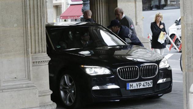Die Limousine vor der Staatsoper (Bild: Klemens Groh)