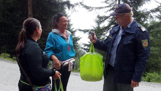 Zwei Einheimische, denen Berwächter Gottlieb Schwaiger gerne hilft, die Beute abzuwiegen. (Bild: Claudia Thurner)