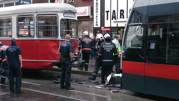 """Die beschädigten Straßenbahnen mussten abgeschleppt und in die Werkstatt gebracht werden. (Bild: """"Krone""""-Leserreporter Daniel Hübsch)"""