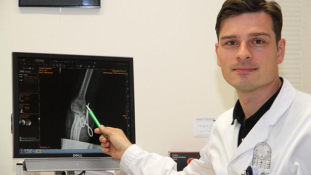 Chirurg Manfred Schmidt zeigt am Röntgenbild, wie der Unterarm gerettet wurde. (Bild: Christoph Gantner)
