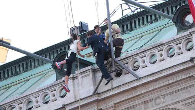 So sieht es aus, wenn sich Tom Cruise von der Wiener Staatsoper abseilt. (Bild: Starpix/Alexander Tume)