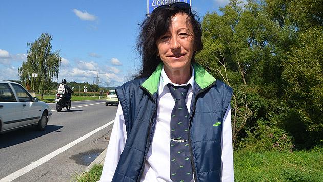 Bus-Lenkerin Elfi Lang eilte den beiden Hunden zu Hilfe. (Bild: Christian Schulter)