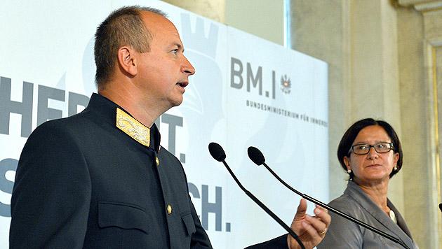 Konrad Kogler und Johanna Mikl-Leitner bei der Pressekonferenz (Bild: APA/HANS PUNZ)
