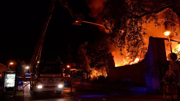 Kunststofffabrik brannte in NÖ lichterloh (Bild: Lukas Derkits/Pressestelle BFK Vösendorf)