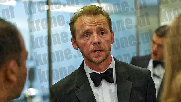 Der britische Schauspieler Simon Pegg im Anzug und mit Mascherl am Drehort (Bild: Alexander Tuma/Starpix)