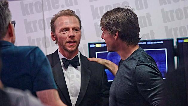 Schulterklopfer für Simon Pegg von seinem Kollegen und Co-Produzenten Tom Cruise. (Bild: Alexander Tuma/Starpix)