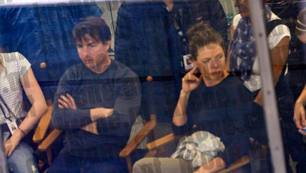 Sichtlich müde vom Nacht-Dreh: Cruise und Ferguson beobachten die Dreharbeiten mit Simon Pegg. (Bild: Alexander Tuma/Starpix)