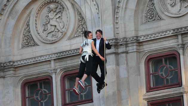 """""""MI5""""-Star Tom Cruise in voller Action - beim Abseilen von der Staatsoper (Bild: Starpix/Alexander Tuma)"""