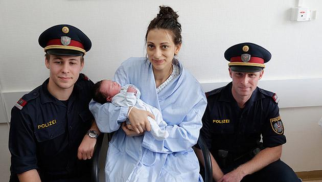 Die beiden Ersthelfer Stefan Ulreich (l.) und Martin Seidel mit Mama und dem kleinen Nicolas (Bild: Klemens Groh)