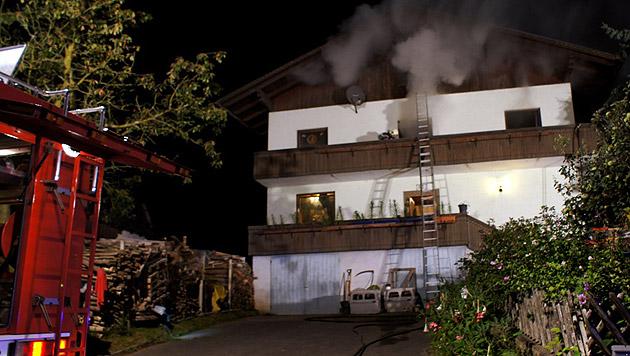 Familie rettet sich aus brennendem Haus (Bild: APA/FEUERWEHR/KARNER)