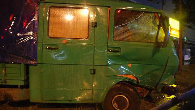 Seinen Klein-Lkw ließ der Betrunkene nach dem Unfall zurück und flüchtete zu Fuß. (Bild: Polizei)