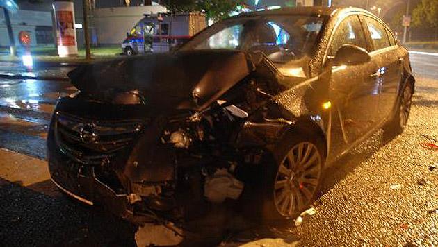 Der Pkw der Familie wurde schwer beschädigt. Die vier Insassen kamen jedoch mit dem Schrecken davon. (Bild: Polizei)
