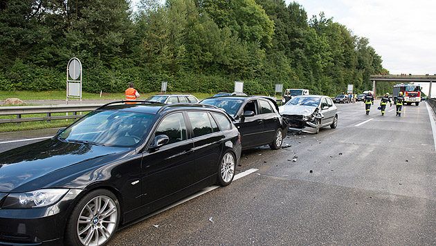 Massenkarambolage mit 35 Fahrzeugen auf der A1 (Bild: APA/KERSCHI.AT/WERNER KERSCHBAUMMAYR)