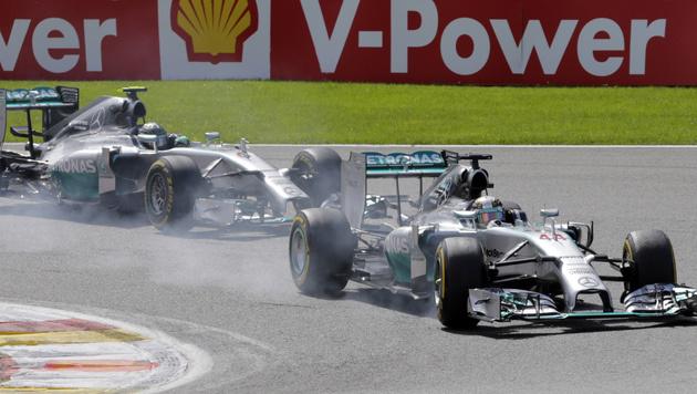 Rosberg und Hamilton krachen in Spa ineinander (Bild: AP)