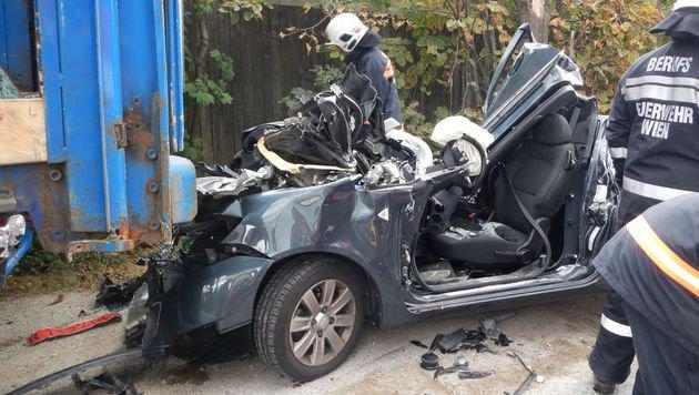 Der Wagen krachte mit voller Wucht ins Heck des Lasters. (Bild: APA/MA68 LICHTBILDSTELLE)