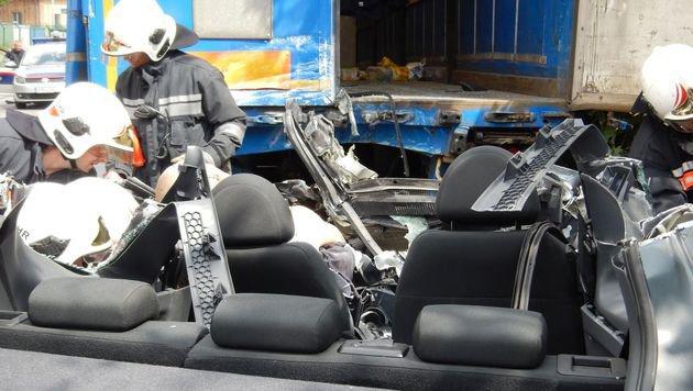 Auto kracht in Heck von geparktem Lkw: Lenker tot (Bild: APA/MA68 LICHTBILDSTELLE)