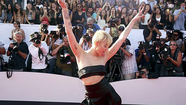 Miley Cyrus am roten Teppich (Bild: AP/Matt Sayles)