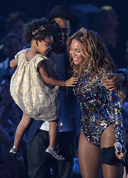Ehemann Jay Z und Tochter Blue Ivy gratulieren Beyonce zur ihrem Auftritt.