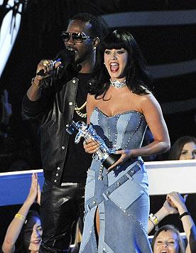 """Katy Perry mit ihrem Award für das """"Beste weibliche Video"""" zu ihrem Hit """"Dark Horse"""" (Bild: AP/Chris Pizzello)"""