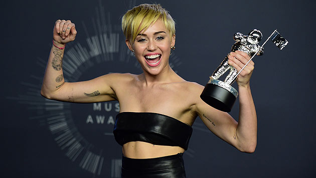 ''Bestes Video des Jahres' - Miley Cyrus freut sich im knappen Lederoutfit über die Auszeichnung. (Bild: FERDERIC J. BROWN)