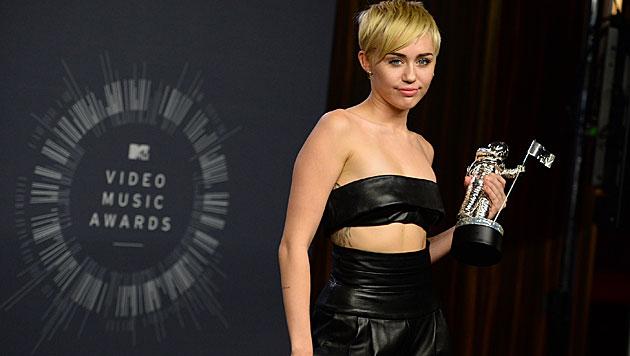"""Miley Cyrus mit ihrem MTV Video Music Award für das Skandalvideo """"Wrecking Ball"""" (Bild: AP/Jordan Strauss)"""