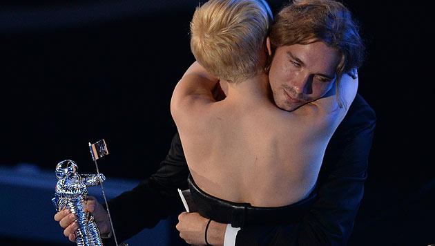 Miley Cyrus unterstützt Obdachlosen-Vertreter Jesse, der ihr den Award überreichen durfte. (Bild: AFP)