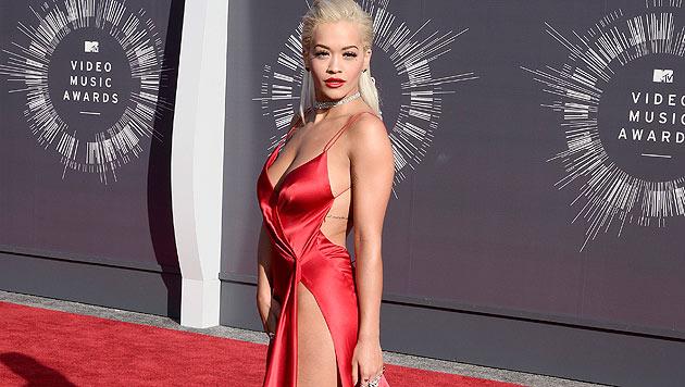 Im knallroten Seidenkleid mit Beinschlitz bis zum Bauchnabel zeigte sich Rita Ora. (Bild: EPA/Paul Buck)