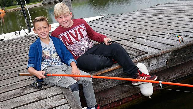 """Zwei ehrliche Finder: Elias (li.) und Philipp brachten ihren wertvollen """"Fang"""" sofort zur Polizei. (Bild: Markus Tschepp)"""