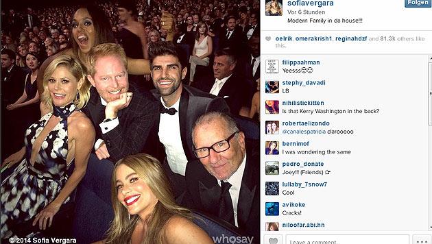 """Die Fotobombe des Abends: Kerry Washington schmugelte sich ins """"Modern Familie""""-Selfie von Vergara. (Bild: instagram.com/sofiavergara)"""