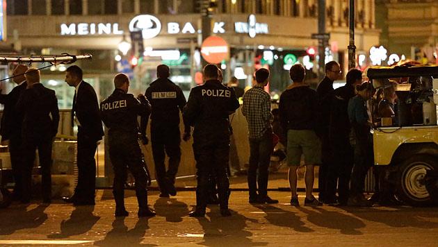 Die Polizei sorgt für einen reibungslosen Ablauf der Dreharbeiten. (Bild: Klemens Groh)