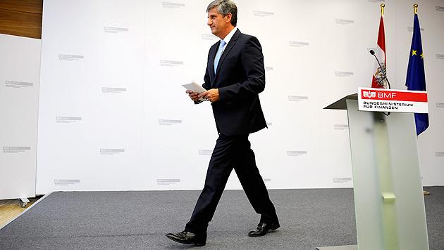 Nach seiner nur wenige Minuten langen Abschiedsrede verließ Spindelegger die Politbühne. (Bild: APA/ROLAND SCHLAGER)