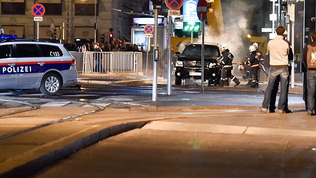 Spannung vor der Wiener Staatsoper. Ein schwarzer SUV soll in die Luft gesprengt werden. (Bild: Splash News)