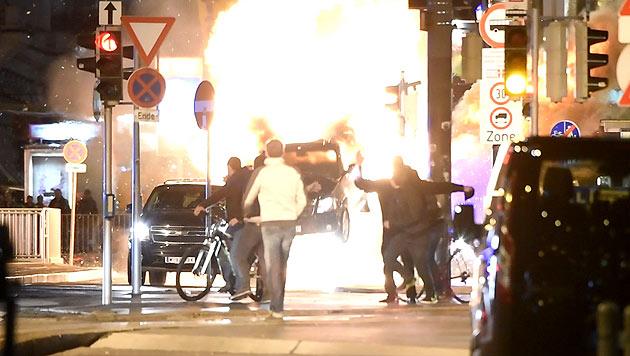 Eingefleischte nachtaktive Fans verfolgten die Hollywood-Explosion live vor der Oper. (Bild: Splash News)